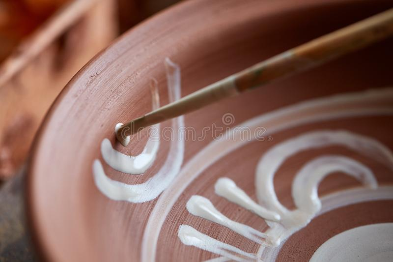 Кружка на деревянной полке, конец-вверх гончара страшной стороны похожая handmade, глубина поля shellow стоковое изображение