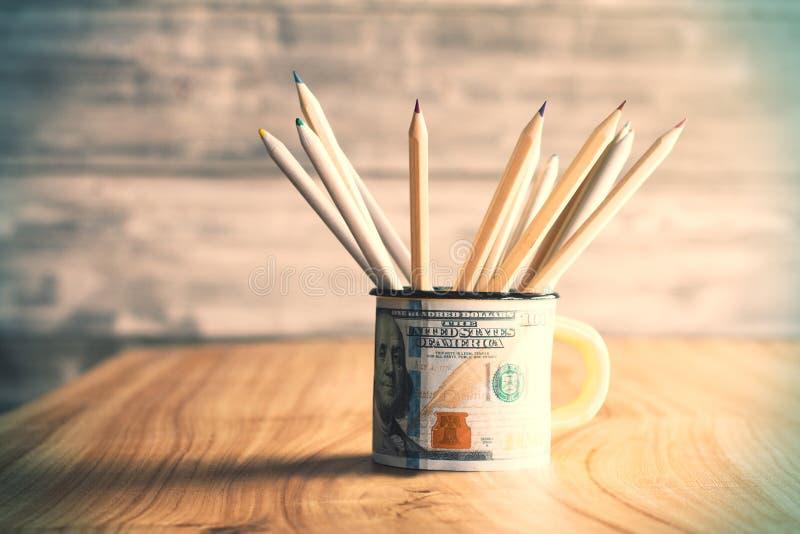 Кружка доллара с карандашами стоковые изображения rf