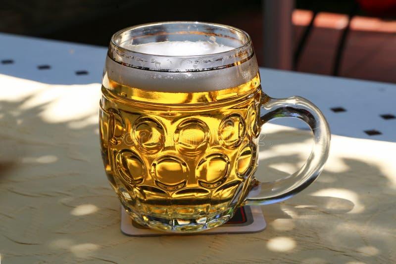 Кружка пива на таблице стоковая фотография rf