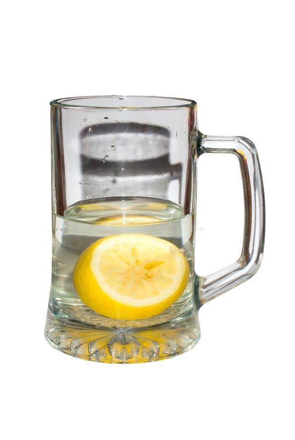 Кружка прозрачная с лимоном в воде стоковое изображение rf