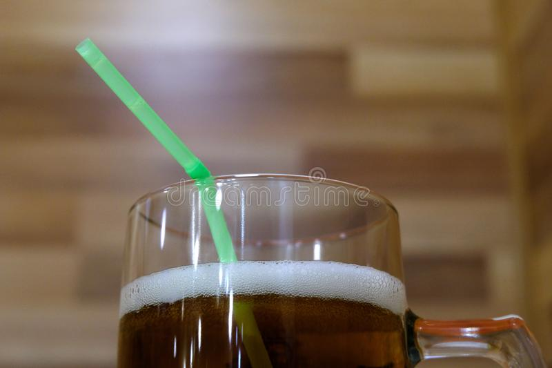 : Кружка свежего пива с белой пеной и зеленой соломой Напиток на партии алкоголя лета в кафе или в русской ванне стоковые изображения rf
