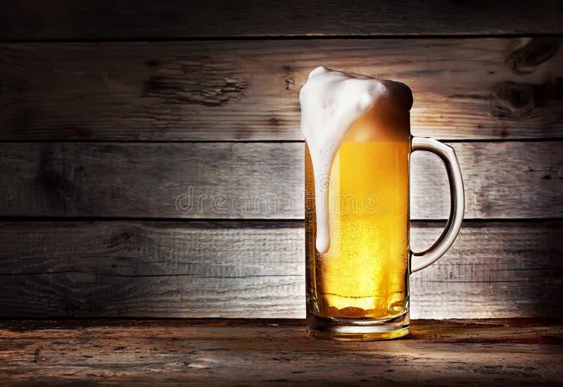 Download Кружка светлого пива с пеной Стоковое Изображение - изображение насчитывающей bealle, alchemy: 40583729