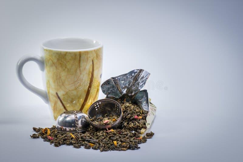 Кружка, Infuser и чай манго зеленый стоковые изображения