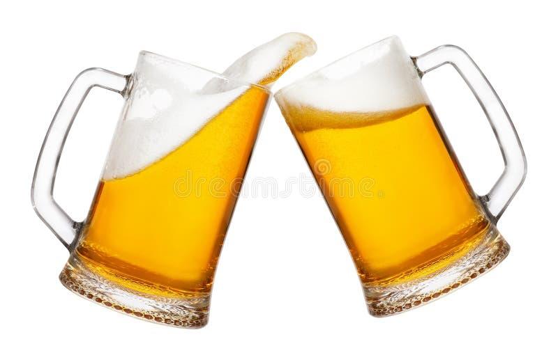 2 кружки пива с выплеском стоковое фото