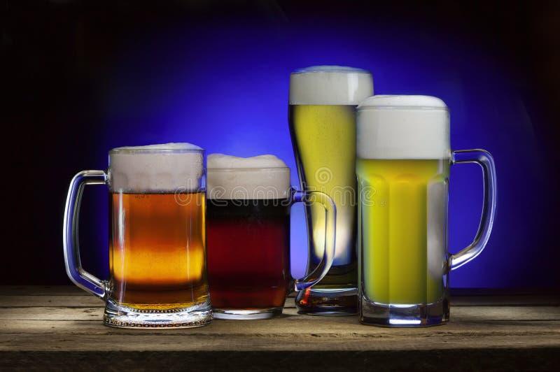 кружки пива холодные стоковые фотографии rf