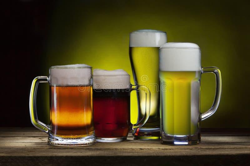 кружки пива холодные стоковое изображение rf