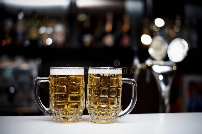 2 кружки холодного пива стоковая фотография rf