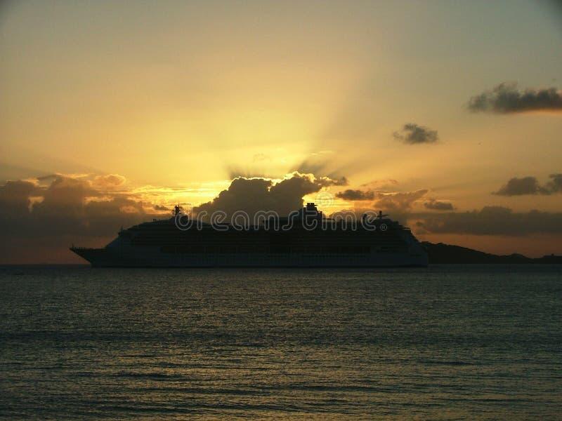 Download круиз золотистый стоковое фото. изображение насчитывающей облака - 82392