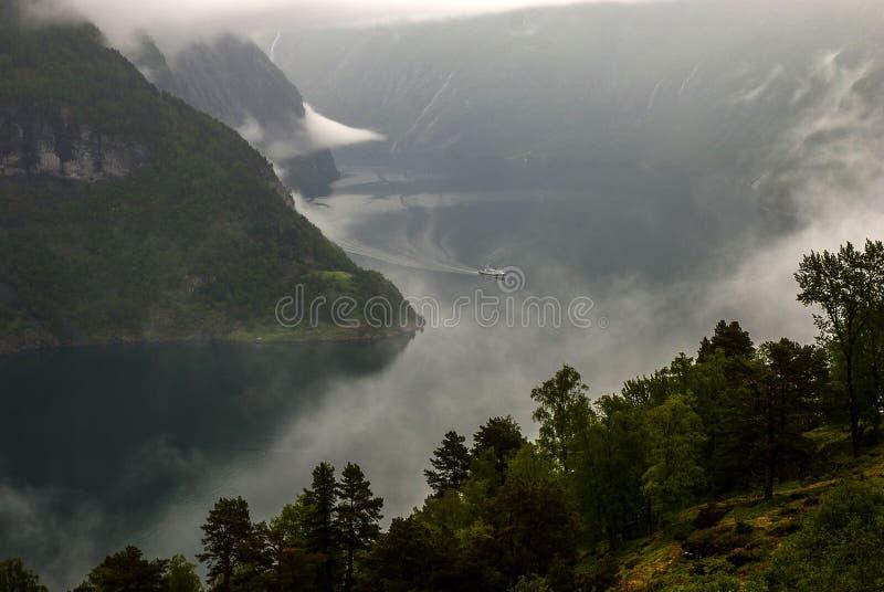 Круиз и облака стоковое изображение