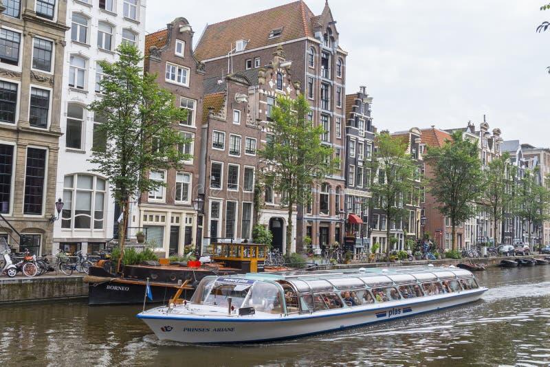 Круиз канала путешествует в городе Амстердама - АМСТЕРДАМА - НИДЕРЛАНДЫ - 20-ое июля 2017 стоковая фотография rf