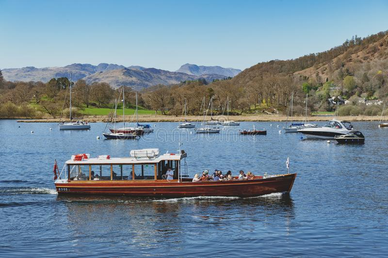 Круиз на Ambleside, городок туристской шлюпки берега озера озером Windermere внутри национальный парк района озера в Англии, Вели стоковое фото rf