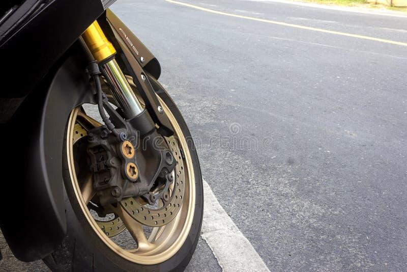 Крумциркуль переднего колеса и дисковый тормоз abs пребывания мотоцикла на дороге стоковая фотография
