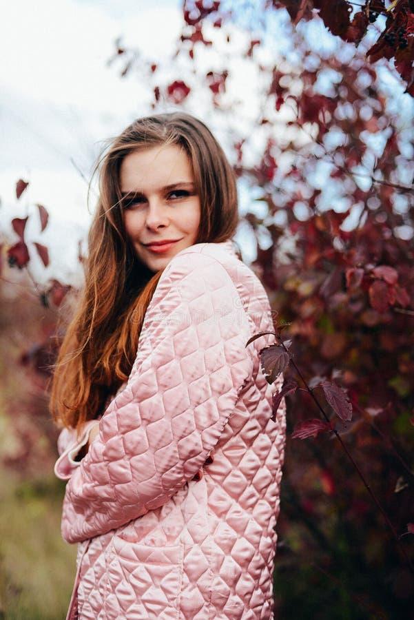 Крупного плана портрет outdoors шикарной молодой кавказской женщины O стоковые фото