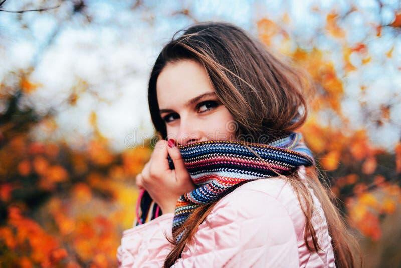 Крупного плана портрет outdoors шикарной молодой кавказской женщины O стоковые фотографии rf