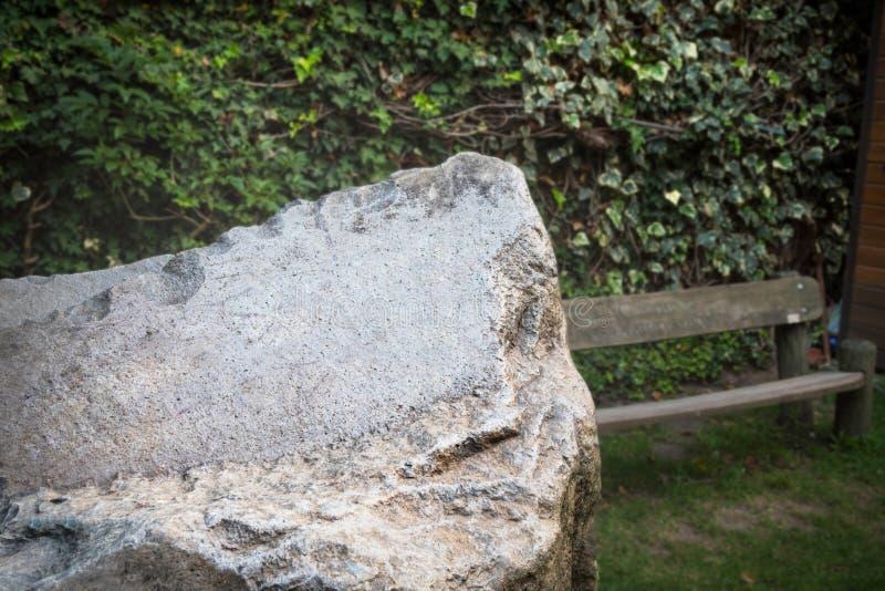 Крупный камень для размещения гравюр, сообщения, фразы стоковое изображение rf