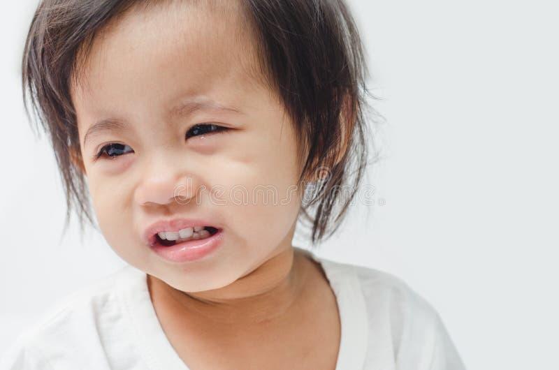 Крупный план азиатский плакать маленькой девочки стоковая фотография