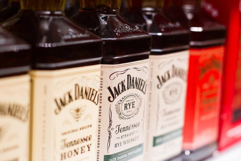 Крупный план американских бутылок вискиа Джека Daniels на супермаркете стоковые фотографии rf