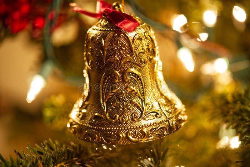 Крупный план богато украшенного орнамента рождества колокола золота стоковые изображения