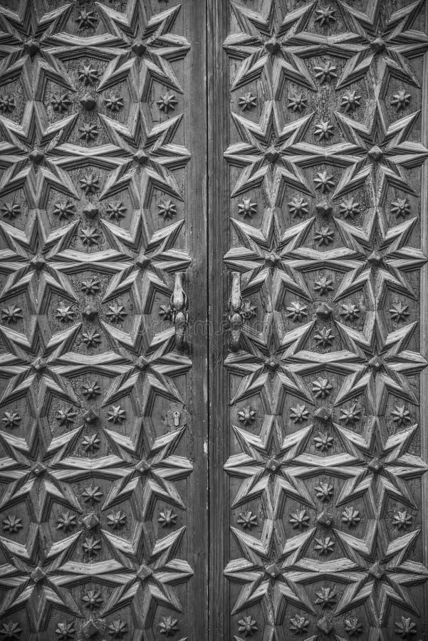 Крупный план богато украшенной деревянной средневековой двери стоковые фото