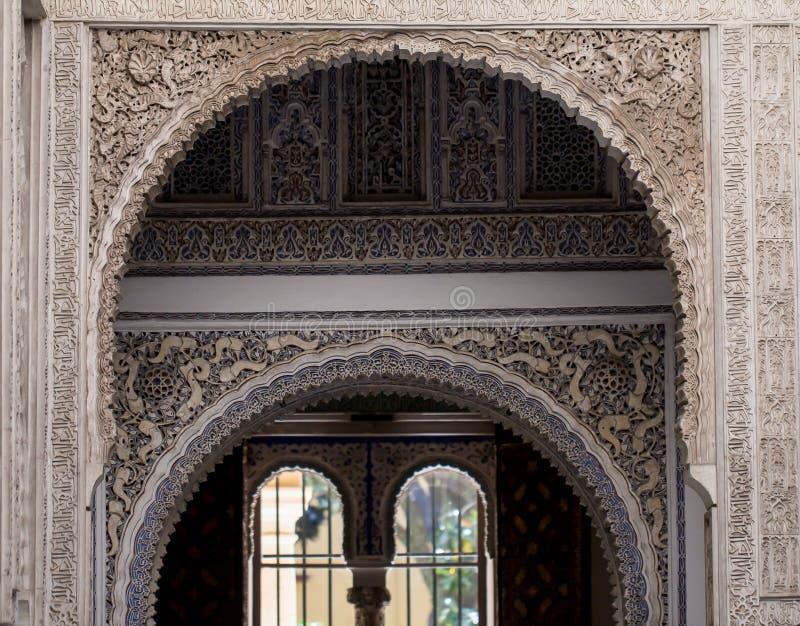 Крупный план богато украшенной стены во дворце Альгамбра стоковые изображения