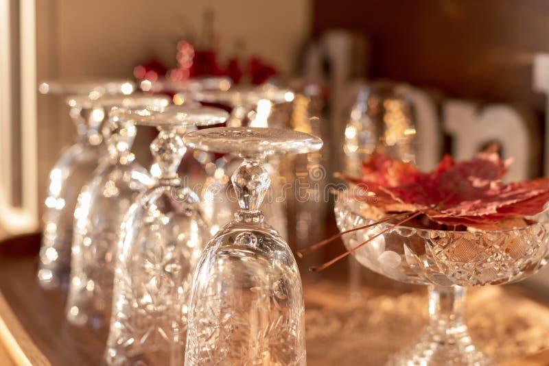 Крупный план винтажного кристаллического стеклоизделия на шведском столе, готовый для хостинга благодарения получить совместно стоковое изображение