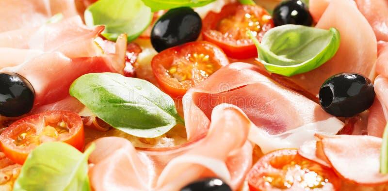 Крупный план вкусной свежей испеченной пиццы стоковая фотография rf