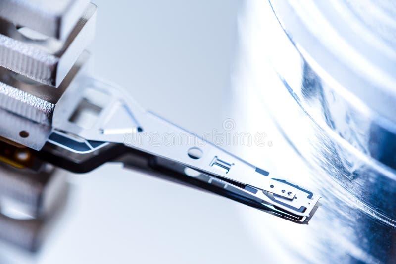 Крупный план внутри жесткого диска, прочитал пишет голову стоковое изображение