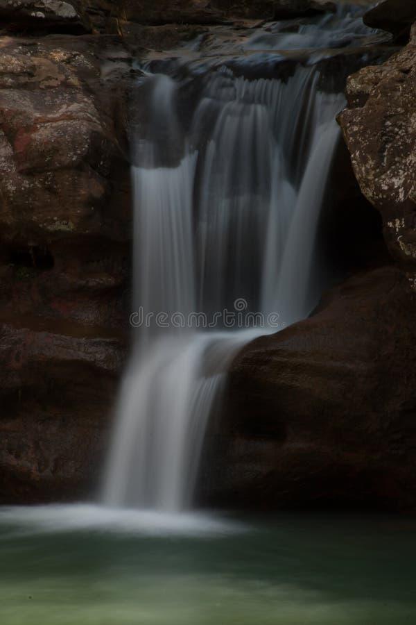 Крупный план водопада на парке штата холмов Hocking на красивом после полудня весны стоковое фото rf