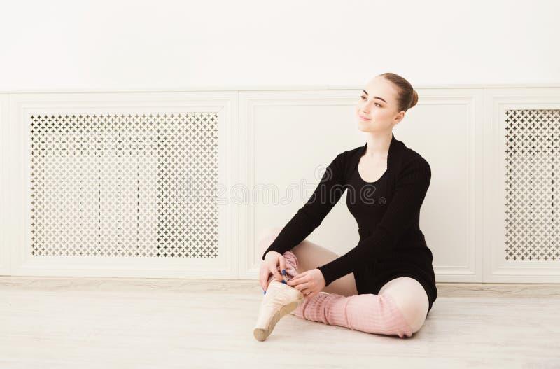 Крупный план гетр артиста балета нося стоковые фотографии rf