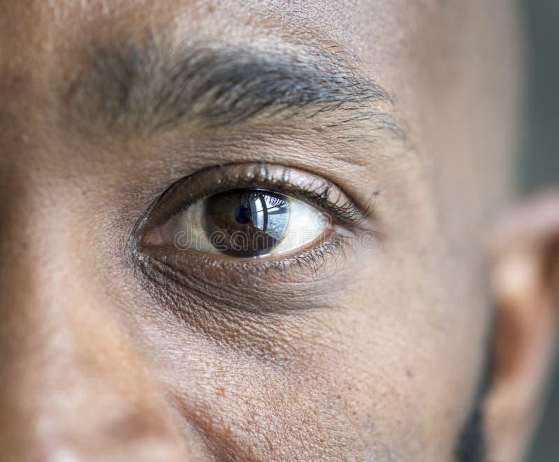 Крупный план глаза чернокожего человека стоковое фото