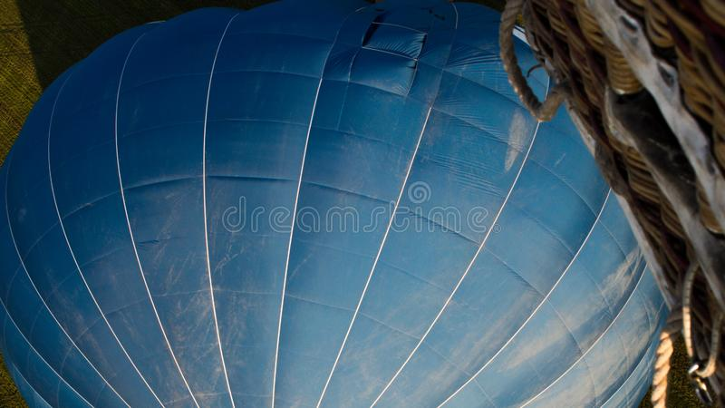 Крупный план голубого горячего воздушного шара с плетеной корзиной стоковые изображения