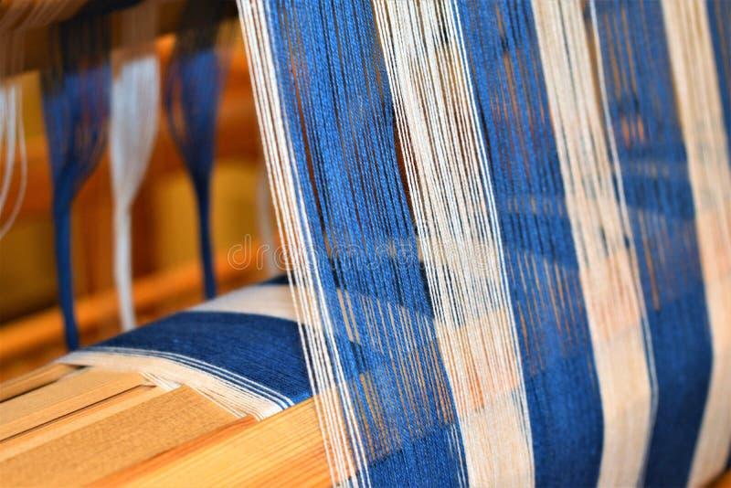 Крупный план голубого и белизны striped искривление соткать Handweaving тканья волокно стоковые изображения rf