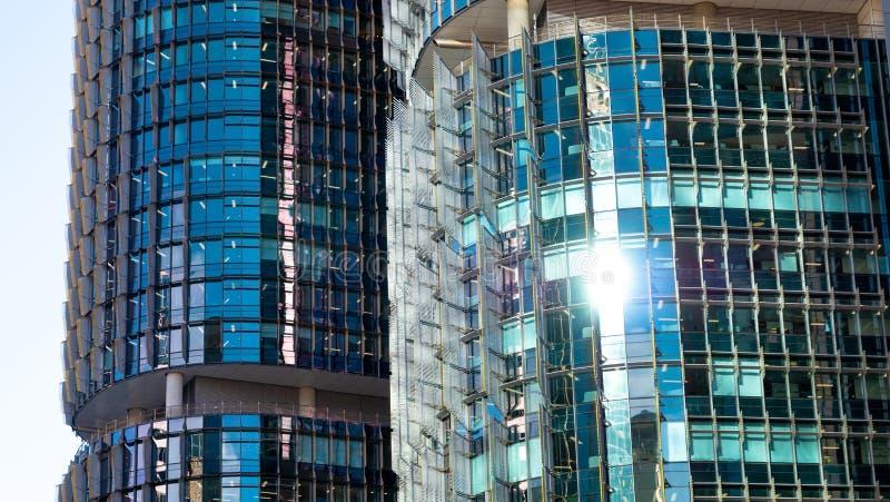 Крупный план голубых окон в круглых офисных зданиях стоковая фотография rf