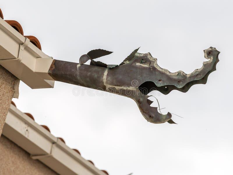 Крупный план горгульи сделанной формы металла дракона стоковые изображения