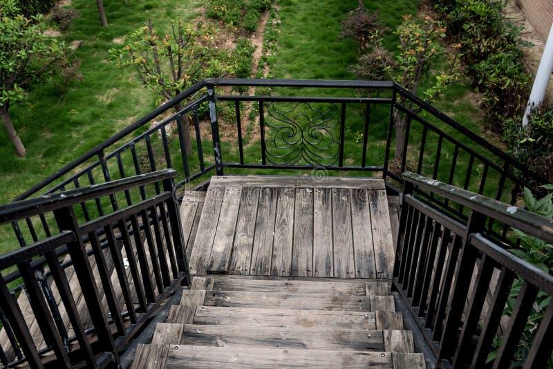 Крупный план деревянных лестниц водя к лужайке стоковая фотография rf