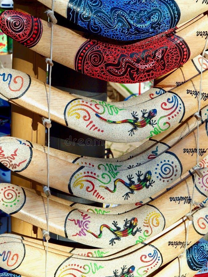 Крупный план деревянных покрашенных бумерангов стоковые изображения rf