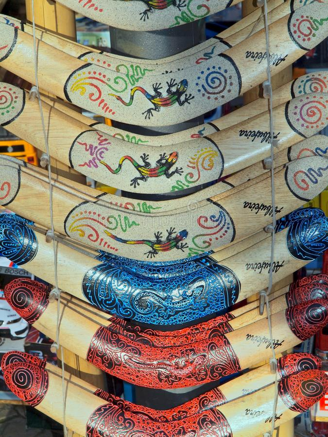 Крупный план деревянных покрашенных бумерангов стоковое фото