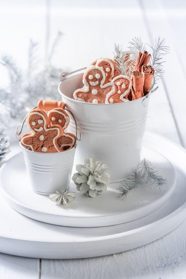 Крупный план домодельного человека пряника рождества в небольшом ведре стоковые фото