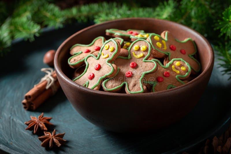 Крупный план домодельных печений в коричневом шаре для рождества стоковые фото