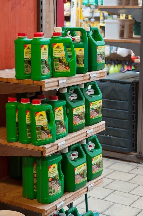 Крупный план естественного гербицида в шкафе в садовничая супермаркете стоковое фото rf