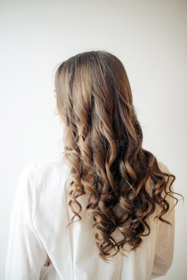 Крупный план женских рук парикмахера или coiffeur делает стиль причесок стоковое изображение