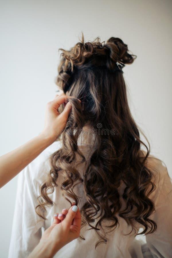 Крупный план женских рук парикмахера или coiffeur делает стиль причесок стоковое фото rf