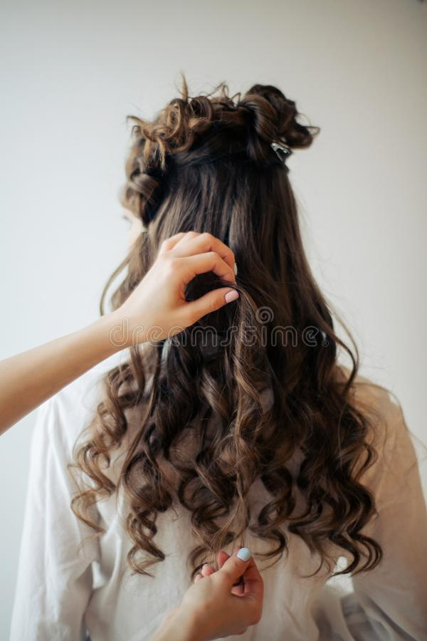 Крупный план женских рук парикмахера или coiffeur делает стиль причесок стоковые изображения rf