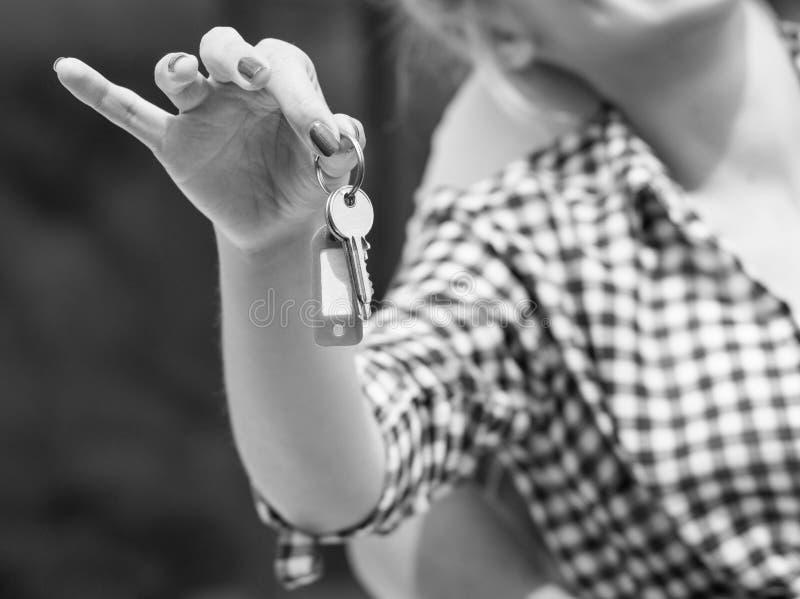 Крупный план женщины держа ключи дома стоковые изображения
