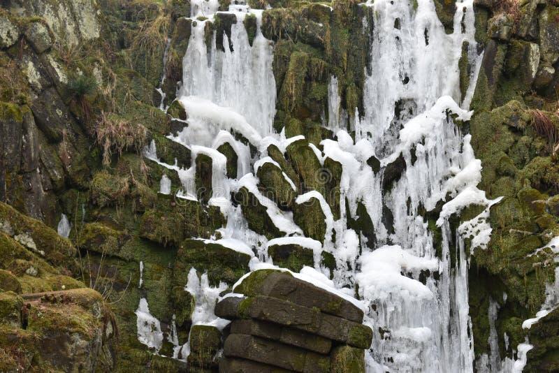 Крупный план замороженного водопада в Касселе, Германии стоковые фото