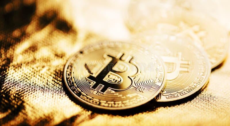 Крупный план золотого bitcoin стоковые фотографии rf