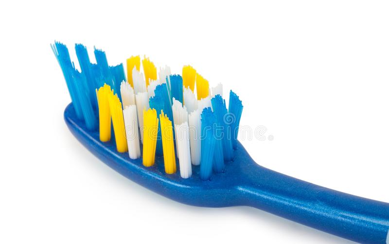 Крупный план зубной щетки с неровной круглой щетинкой подсказки стоковые фото