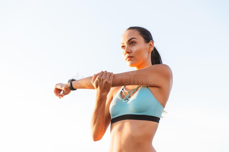 Крупный план изображения привлекательной здоровой женщины 20s в взгляде бюстгальтера спорт стоковая фотография