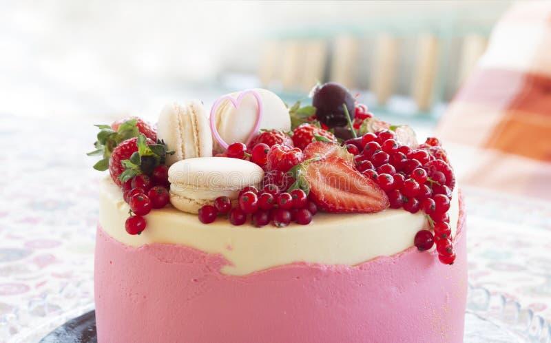 Крупный план именниного пирога со свежим плодом лета стоковые фото