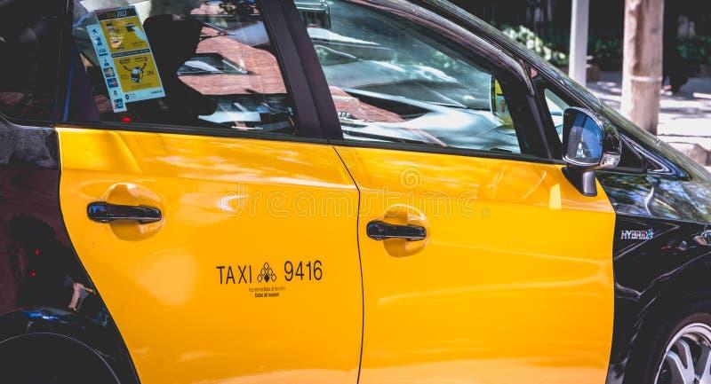 Крупный план испанского автомобиля такси в Барселоне, Испании стоковая фотография